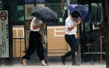 Μία νεκρή και χιλιάδες εκτοπισμένοι από τις σφοδρές βροχοπτώσεις στην Ιαπωνία