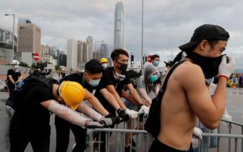 Αστυνομικοί κατά διαδηλωτών με ρόπαλα και δακρυγόνα στο Χονγκ Κονγκ