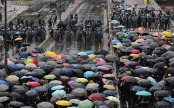 Διαδηλωτές συγκρούονται με την αστυνομία στο Χονγκ Κονγκ, απόπειρα να μπουν στο κοινοβούλιο