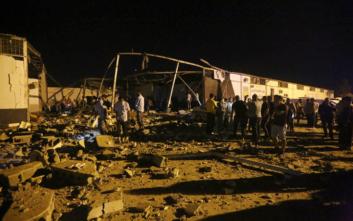 Εγκαταλείπουν το βομβαρδισμένο κέντρο κράτησης στη Λιβύη