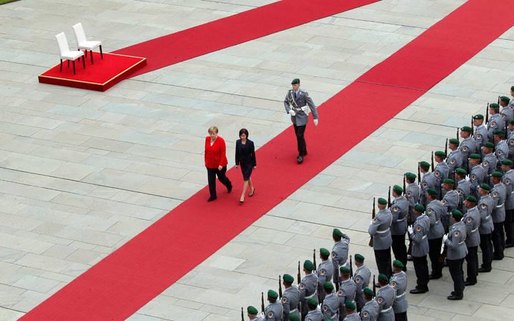 Η Άνγκελα Μέρκελ καθιστή και πάλι σε τελετή ανάκρουσης εθνικών ύμνων