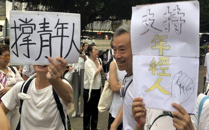 Πορεία… γκριζομάλληδων προς στήριξη των νεαρών διαδηλωτών στο Χονγκ Κονγκ
