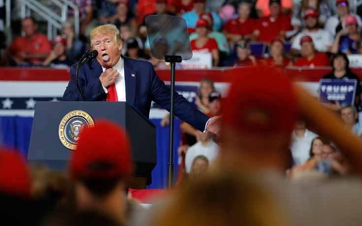 Ο Τραμπ συνεχίζει τις επιθέσεις κατά των τεσσάρων βουλευτών, «στείλ' τες πίσω» φώναζε το κοινό