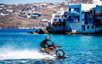 O Robbie Maddison οδηγεί τη μοτοσυκλέτα του μέσα στη θάλασσα της Μυκόνου