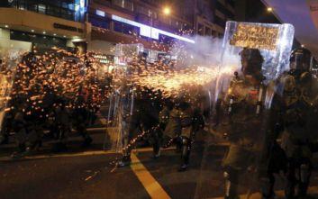Σκηνικό βίας με δακρυγόνα και πλαστικές σφαίρες κατά διαδηλωτών στο Χονγκ Κονγκ