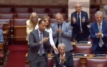 Το φιλικό σκούντημα σε βουλευτή της Ελληνικής Λύσης για να σηκωθεί να χειροκροτήσει