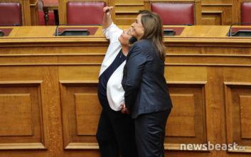 Η Ντόρα Μπακογιάννη σε θερμό τετ-α-τετ με τη Λιάνα Κανέλλη στη Βουλή