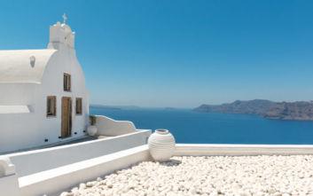Μικρά εκκλησάκια με φόντο το απέραντο γαλάζιο της θάλασσας και του ουρανού