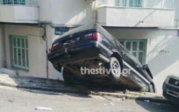 Αυτοκίνητο προσγειώθηκε σε σπίτι στη Θεσσαλονίκη