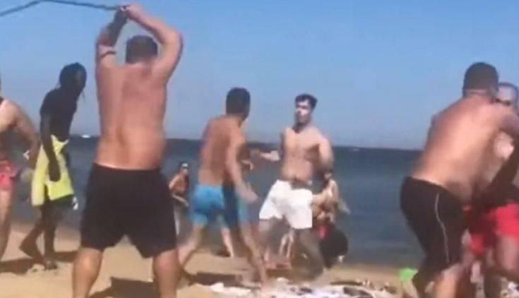 Μπουνιές και κλωτσιές έδιναν και έπαιρναν σε παραλία της Βαρκελώνης