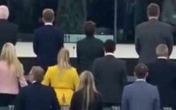 Ευρωβουλευτές γύρισαν την πλάτη τους στον ευρωπαϊκό ύμνο