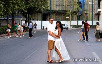 Το ζευγάρι που σκηνοθέτησε την φωτογράφισή του στο τέλος της πορείας στο κέντρο της Αθήνας