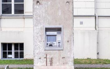 Τι κοινό έχουν ένα ATM, το Άγαλμα της Ελευθερίας και το Τείχος του Βερολίνου;