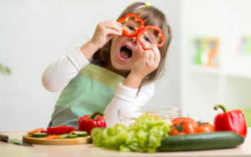 Επτά έξυπνοι τρόποι να κάνετε τα παιδιά σας να τρώνε φρούτα και λαχανικά