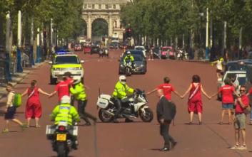 Μπόρις Τζόνσον: Διαδηλωτές προσπάθησαν να τον εμποδίσουν να φτάσει στη βασίλισσα Ελισάβετ