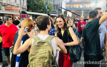 Χαμόγελα και αγκαλιές φίλων του ΣΥΡΙΖΑ με την Έφη Αχτσιόγλου πριν την ομιλία Τσίπρα