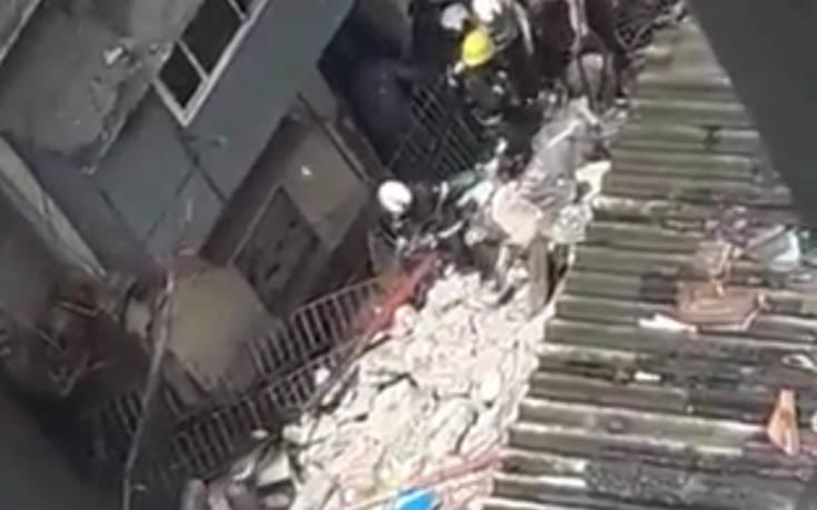 Κατέρρευσε 4ώροφο κτίριο στην Ινδία, δεκάδες άνθρωποι εγκλωβισμένοι στα συντρίμμια