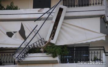 Ισχυρός σεισμός στην Αττική: Φωτογραφίες από το μπαλκόνι που κρέμεται στο κενό
