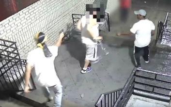 Η στιγμή που άντρας δέχεται επίθεση και εκτελείται στη μέση του δρόμου