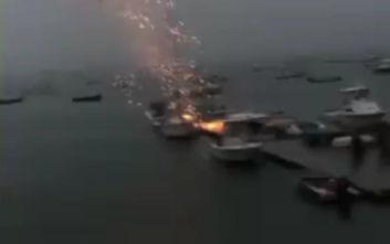 Βίντεο με κεραυνό να χτυπά σκάφος σε μαρίνα