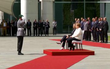 Καθιστή η Μέρκελ στην υποδοχή της πρωθυπουργού της Δανίας