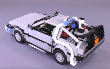 Ένα delorean από την «Επιστροφή στο Μέλλον» με κυβάκια Lego