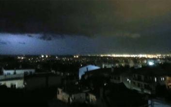 Η στιγμή που το δυνατό μπουρίνι «χτυπάει» τη Θεσσαλονίκη