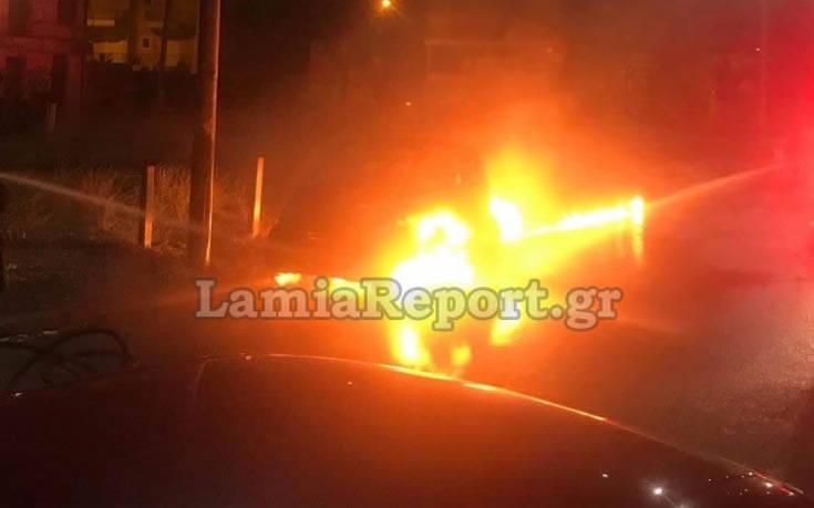 Συγκλονιστικές εικόνες και βίντεο από αυτοκίνητο που λαμπάδιασε στη Λαμία