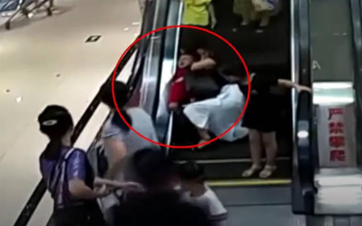 Σοκαριστική διάσωση 2χρονου που το χέρι του «πιάστηκε» στις κυλιόμενες σκάλες