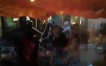 Οι οπαδοί που συνεπλάκησαν με αυτούς της ΑΕΚ στο ΟΑΚΑ ισοπέδωσαν μια πόλη στη Σλοβακία