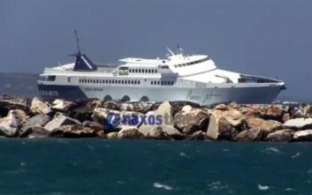 Βίντεο με πλοίο να παλεύει με τα κύματα στο λιμάνι της Νάξου