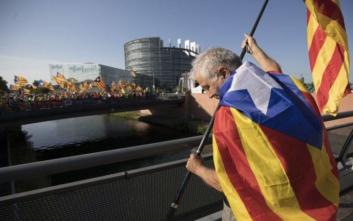 Επεισοδιακή συνεδρίαση στο Ευρωκοινοβούλιο με καταλανική διαδήλωση και βρετανικό σόου