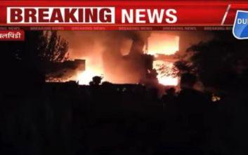 Βίντεο με την κόλαση φωτιάς μετά τη συντριβή αεροσκάφους πάνω σε κτίριο στο Πακιστάν
