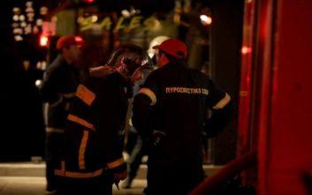 Φωτιά στο Νέο Φάληρο: Στο νοσοκομείο δυο τραυματίες, ένας πυροσβέστης «χτυπήθηκε» από το ρεύμα
