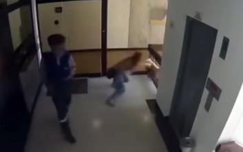 Μητέρα σώζει αρπάζοντας από το πόδι τον γιο της που πέφτει από τον τέταρτο όροφο