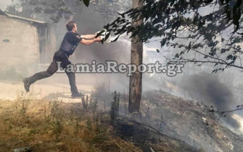 Φωτιά στη Δίβρη Φθιώτιδας: Αστυνομικοί της ΔΙΑΣ παλεύουν με κουβάδες να σβήσουν τις φλόγες