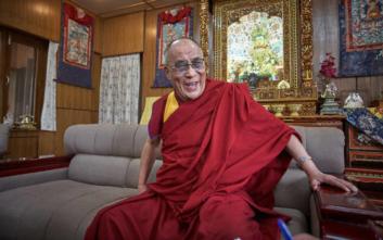 Τα σχόλια του Δαλάι Λάμα για τις γυναίκες που τον ανάγκασαν να ζητήσει συγγνώμη