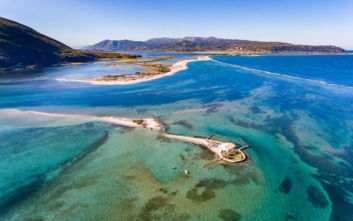 Ένα νησάκι στο Ιόνιο ολόκληρο μια παραλία