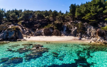 Τρεις παραλίες στη Χαλκιδική που ταξιδεύουν σε μέρη μακρινά