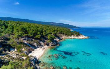 Η παραλία της Χαλκιδικής που μεταφέρει σε μέρη εξωτικά