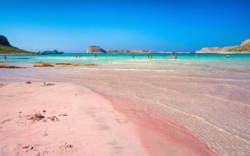 Η παραλία στην Κρήτη με τη ροζ αμμουδιά
