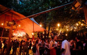 Καλοκαιρινά cocktails σε μπαράκια με αυλές στο κέντρο