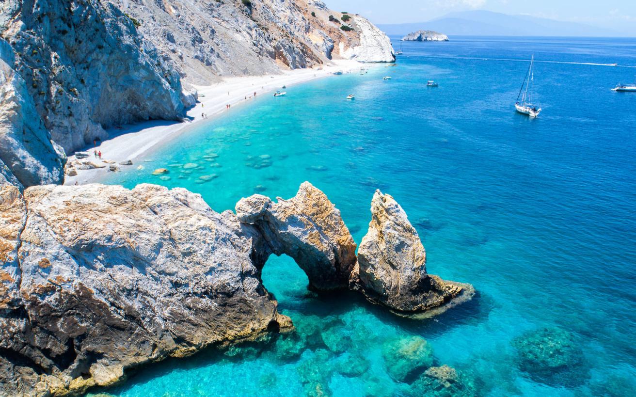 Εντυπωσιακές παραλίες στην Ελλάδα που προσεγγίζονται μόνο από τη θάλασσα