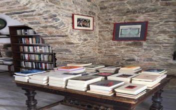 Η έκπληξη της Σικίνου: Δεν έχει τράπεζα, αλλά έχει ένα ιδιαίτερο βιβλιοπωλείο