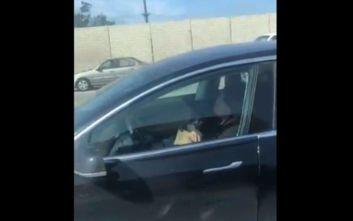 Αίσθηση προκαλεί βίντεο που δείχνει οδηγό να κοιμάται εν κινήσει