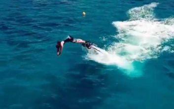 Ο Σάκης Ρουβάς κάνει flyboard και το απολαμβάνει
