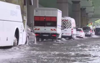 Χάος στην Κωνσταντινούπολη από έντονη βροχόπτωση, ένας άστεγος βρέθηκε νεκρός