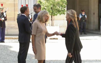 Στο Παρίσι ο πρωθυπουργός, τον υποδέχτηκε το ζεύγος Μακρόν