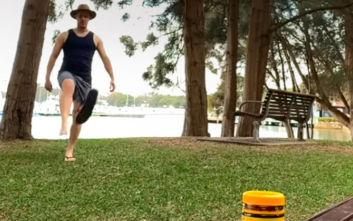Bottle cup challenge με μια σαγιονάρα