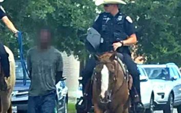 Τέξας: Αστυνομικοί με άλογα έδεσαν έγχρωμο άνδρα και τον τραβούσαν